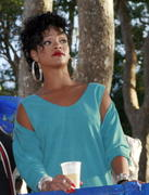 Rihanna in sexy legs and gorgeous Performs at Hope for Haiti in London - Jan 22 Foto 1737 (Рианна в сексуальных ног и великолепный выступает на Надежда на Гаити в Лондоне - 22 января Фото 1737)