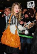 Taylor Swift - Страница 4 Th_35286_s-ts-arrives-at-narita-international-airport-in-japan-20100214-2_122_582lo